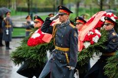 莫斯科,俄罗斯- 2017年5月08日:154 Preobrazhensky军团的仪仗队在放花的步兵制服的对 库存图片