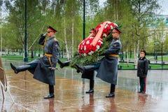 莫斯科,俄罗斯- 2017年5月08日:154 Preobrazhensky军团的仪仗队在放花的步兵制服的对 免版税库存图片