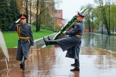 莫斯科,俄罗斯- 2017年5月08日:154 Preobrazhensky军团的仪仗队在放花的步兵制服的对 图库摄影