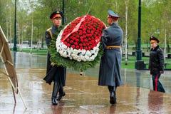 莫斯科,俄罗斯- 2017年5月08日:154 Preobrazhensky军团的仪仗队在放花的步兵制服的对 库存照片