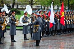 莫斯科,俄罗斯- 2017年5月08日:154 Preobrazhensky军团的仪仗队的战士 多雨和多雪的看法 亚历山大Ga 库存图片