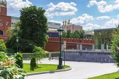 莫斯科,俄罗斯- 2018年6月03日:Alexandrovsky克里姆林宫庭院和大厦反对蓝天的在一个晴朗的夏天早晨 库存照片