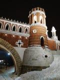 莫斯科,俄罗斯- 2018年12月17日:Figured桥梁塔在Tsaritsyno公园在有轻的装饰的莫斯科在冬天晚上 库存照片
