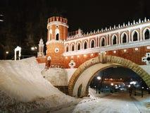 莫斯科,俄罗斯- 2018年12月17日:Figured桥梁弧有轻的装饰的在Tsaritsyno公园在莫斯科在冬天晚上 免版税库存图片