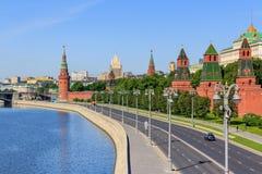 莫斯科,俄罗斯- 2018年6月03日:Kremlevskaya堤防看法在晴朗的夏天早晨 免版税库存图片