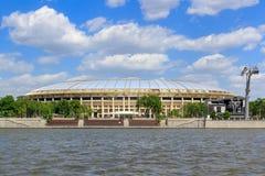 莫斯科,俄罗斯- 2018年5月30日:Luzhnetskaya堤防背景的Luzhniki体育场在晴天 免版税图库摄影