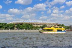 莫斯科,俄罗斯- 2018年5月30日:Luzhniki体育场和游船在Moskva河背景在晴天 免版税库存图片