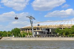 莫斯科,俄罗斯- 2018年5月30日:Luzhniki体育场和索道横跨Moskva河在晴天 免版税图库摄影
