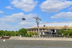 莫斯科,俄罗斯- 2018年5月30日:Luzhniki体育场和缆车横跨Moskva河 从Vorob ` yevskaya堤防的看法在晴朗的da 图库摄影