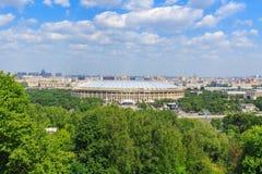 莫斯科,俄罗斯- 2018年5月30日:Luzhniki体育场的看法从麻雀小山的在晴天 免版税库存照片