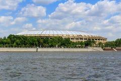 莫斯科,俄罗斯- 2018年5月30日:Luzhniki体育场的看法Luzhnetskaya堤防背景的  库存图片