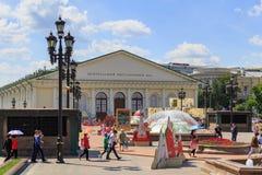莫斯科,俄罗斯- 2018年6月03日:Manezhnaya的走的游人在世界杯足球赛俄罗斯的正式标志背景摆正  库存照片