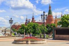 莫斯科,俄罗斯- 2018年6月03日:Manezhnaya的走的游人在克里姆林宫背景摆正在一个晴朗的夏天早晨 库存图片