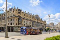 莫斯科,俄罗斯- 2018年6月03日:Metropol旅馆大厦在Teatral ` nyy Proyezd街道上的在莫斯科在一个晴朗的夏天早晨 免版税库存照片