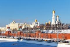 莫斯科,俄罗斯- 2018年2月01日:Moskva河和Kremlevskaya堤防在克里姆林宫下墙壁  免版税库存照片