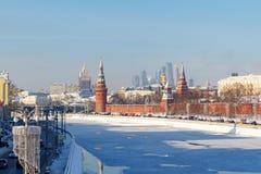 莫斯科,俄罗斯- 2018年2月01日:Moskva河和Kremlevskaya堤防在克里姆林宫下墙壁  图库摄影