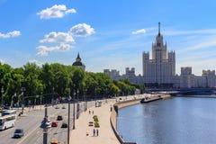 莫斯科,俄罗斯- 2018年6月03日:Moskva河的Moskvoretskaya堤防在一个晴朗的夏天早晨 免版税库存照片