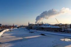 莫斯科,俄罗斯- 2018年2月01日:Moskva河看法从Bol ` shoy Kamennyy桥梁的在晴朗的冬天早晨 wi的莫斯科 库存照片