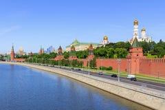 莫斯科,俄罗斯- 2018年6月03日:Moskva河看法克里姆林宫背景的反对蓝天 图库摄影