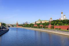 莫斯科,俄罗斯- 2018年6月03日:Moskva河看法克里姆林宫背景的反对蓝天 库存图片