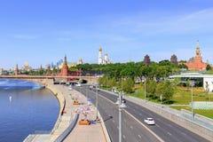 莫斯科,俄罗斯- 2018年6月03日:Moskvoretskaya堤防在晴朗的夏天早晨 从Zaryadye公园的看法 免版税图库摄影