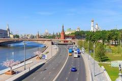 莫斯科,俄罗斯- 2018年6月03日:Moskvoretskaya堤防看法在晴朗的夏天早晨 库存照片