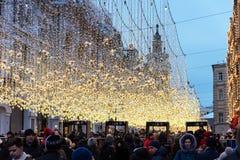 莫斯科,俄罗斯- 2018年1月5日:Nikolskaya街道在新年和圣诞节晚上点燃装饰 免版税库存照片
