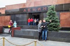 莫斯科,俄罗斯- 2016年10月06日:Selfie采取列宁` s陵墓列宁` s坟茔的背景的游人 库存图片