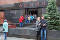 莫斯科,俄罗斯- 2016年10月06日:Selfie采取列宁` s陵墓的背景的游人红场的 库存照片
