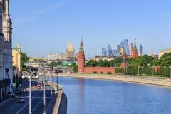 莫斯科,俄罗斯- 2018年6月03日:Sofiyskaya堤防和Moskva河克里姆林宫的耸立背景反对蓝天 免版税库存照片