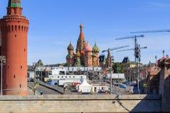 莫斯科,俄罗斯- 2018年6月03日:St蓬蒿红场的` s大教堂在一个晴朗的夏天早晨 从Sofiyskaya堤防的看法  免版税库存照片