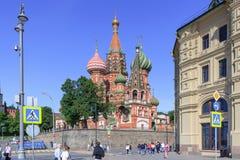 莫斯科,俄罗斯- 2018年6月03日:St蓬蒿红场的` s大教堂在莫斯科在一个晴朗的夏天早晨 从Varvarka街的看法 免版税库存照片