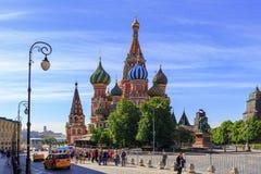 莫斯科,俄罗斯- 2018年6月03日:St蓬蒿红场的` s大教堂在莫斯科在一个晴朗的夏天早晨 库存照片