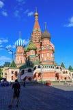 莫斯科,俄罗斯- 2018年5月27日:St蓬蒿蓝天背景的` s大教堂在一个晴朗的晚上 免版税库存图片