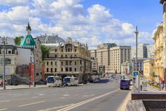莫斯科,俄罗斯- 2018年6月03日:Teatral ` nyy Proyezd街道看法在反对多云蓝天的莫斯科在一个晴朗的夏天早晨 库存图片
