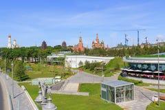 莫斯科,俄罗斯- 2018年6月03日:Zaryadye公园疆土从浮桥的在Moskva河在一个晴朗的夏天早晨 免版税图库摄影