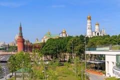 莫斯科,俄罗斯- 2018年6月03日:Zaryadye公园背景的克里姆林宫在晴朗的夏天早晨 库存图片