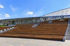 莫斯科,俄罗斯- 2018年6月03日:Zaryadye的访客在一个晴朗的夏天早晨停放坐一个大圆形剧场的长凳 库存图片