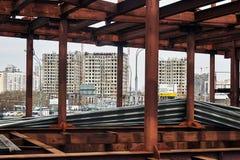 莫斯科,俄罗斯- 2018年4月19日 一座桥梁的未完成的金属框架在佑吾Zapadnaya地铁车站附近的在莫斯科 免版税库存图片