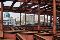 莫斯科,俄罗斯- 2018年4月19日 一座桥梁的未完成的金属框架在佑吾Zapadnaya地铁车站附近的在莫斯科 免版税库存照片