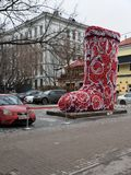 莫斯科,俄罗斯- 2017年12月12日 以的形式圣诞节设施巨大的红色起动,在Tsvetnoy大道的马戏附近 库存图片