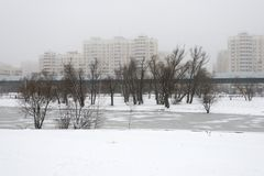 莫斯科,俄罗斯- 2017年12月19日 冬天视图在南Butovo区域  轻的地铁线在背景中 库存图片
