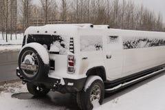 莫斯科,俄罗斯- 2017年12月19日 在停车场的雪大型高级轿车 免版税图库摄影
