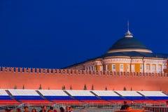 莫斯科,俄罗斯- 2018年4月30日 在参议院宫殿的看法从在5月1日庆祝前的红场 在日落前的微明 免版税库存照片