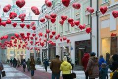 莫斯科,俄罗斯- 2018年2月11日 用在心脏形状的气球装饰的特列季尤欣段落为情人节 库存图片