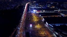 莫斯科,俄罗斯- 2017年11月18日 番红花商展国际展览中心停车处和交通的鸟瞰图 库存照片