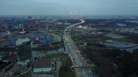 莫斯科,俄罗斯- 2017年11月18日 长的交通堵塞鸟瞰图在MKAD环行路的在晚上高峰时间内 库存图片