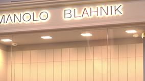 莫斯科,俄罗斯- 2018年8月10日 Manolo Blahnik精品店店面 股票录像