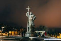 莫斯科,俄罗斯- 2016年12月23日:对圣洁王子弗拉基米尔一世・斯维亚托斯拉维奇的纪念碑在克里姆林宫附近的Borovitskaya广场的 库存图片