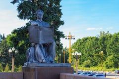 莫斯科,俄罗斯- 2018年6月02日:对学生的纪念碑有在入口附近的一本书的对修造罗蒙诺索夫莫斯科国立大学MS 库存图片